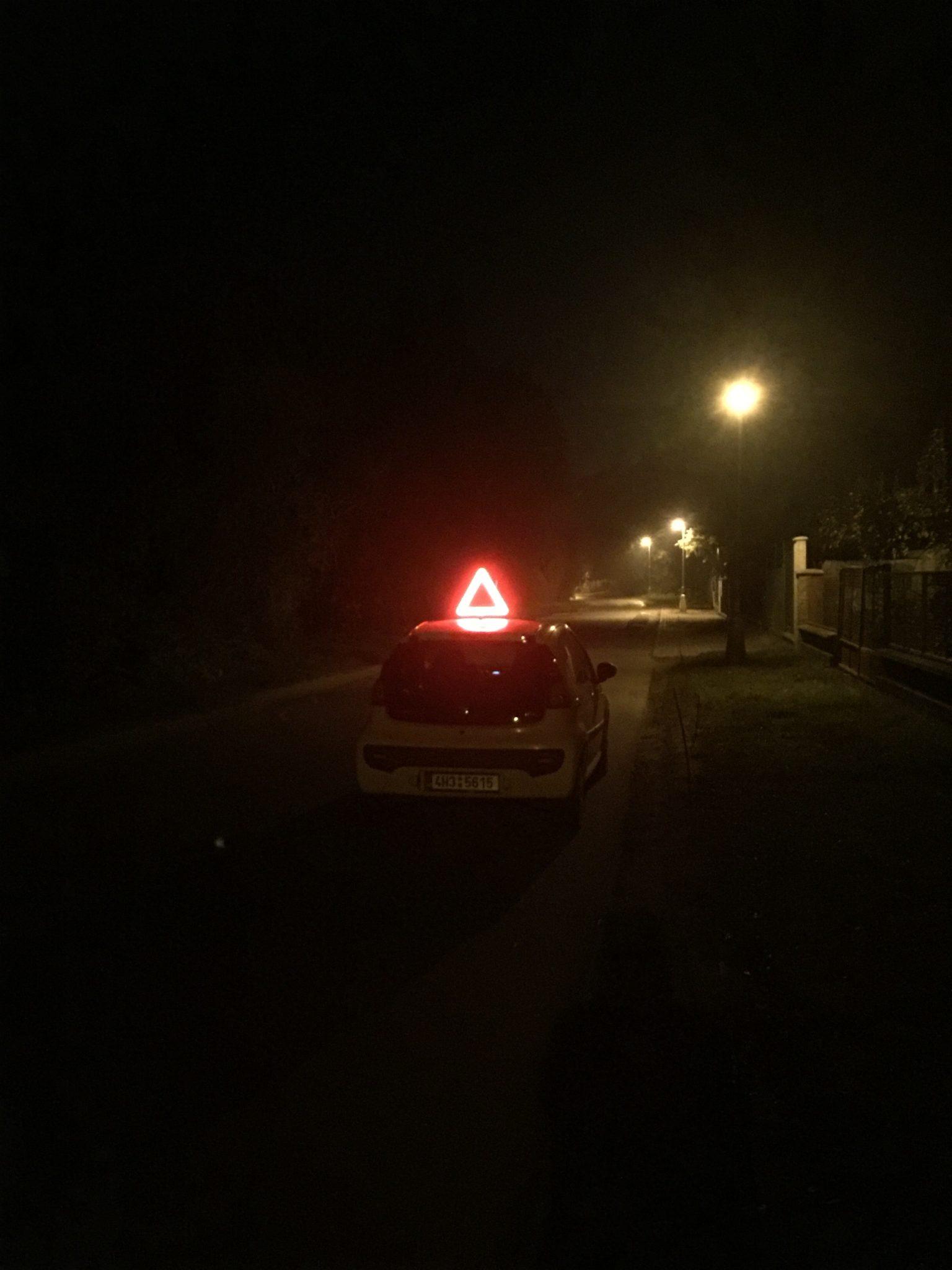 Výstražný trojúhelník svítící v noci